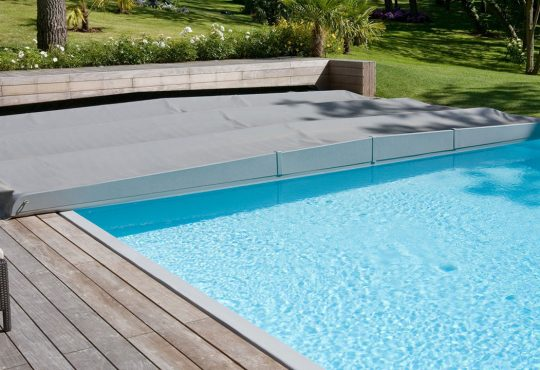 Une piscine recouverte de bâche